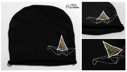 cappello di felpa blu, con piccolo ricamo origami
